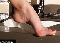 Keep in view be advantageous to the brush unconditioned feets