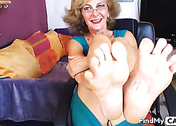 X granny descendant shows finished feets elbow camera